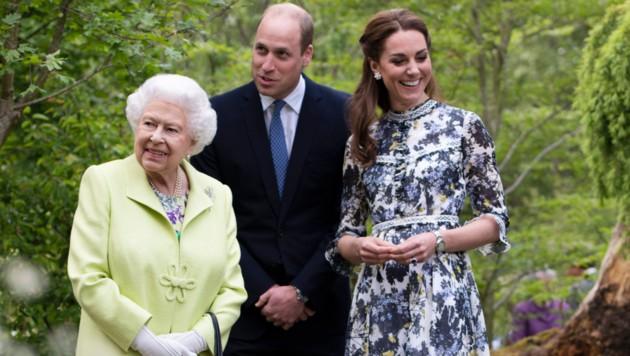 Queen Elizabeth mit Prinz William und Herzogin Kate (Bild: AP)