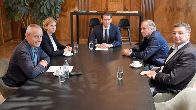 Über den Verhandlungen des Bundeskanzlers Sebastian Kurz mit den Parlamentsparteien schwebt derzeit stets das Damoklesschwert Misstrauensantrag. (Bild: APA/ROLAND SCHLAGER)