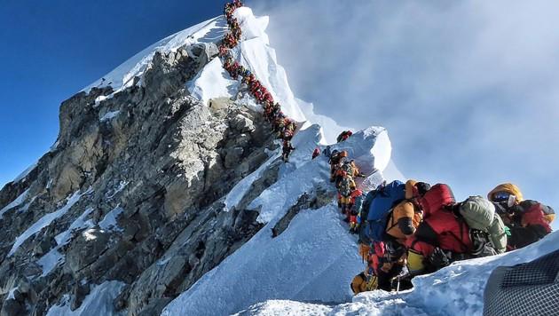 Stau am Dach der Welt: 2019 gab es am Mount Everest mehr als doppelt so viele Todesopfer wie im Jahr davor. (Bild: APA/AFP/Project Possible/Handout)