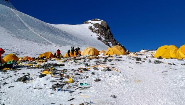 """Der """"Massentourismus"""" am Mount Everest führt nicht nur zu einem Anstieg an Todesfällen, sondern auch zu einer größeren Verschmutzung des """"Dachs der Welt"""". Im Bild: die Hinterlassenschaften von Bergsteigern in einem Lager. (Bild: APA/AFP/Doma SHERPA)"""