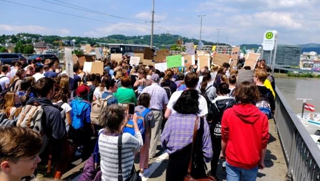 Eindrucksvoller Marsch über die Nibelungenbrücke (Bild: Horst Einöder)