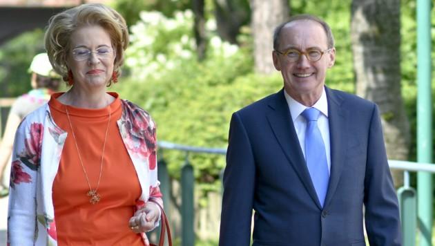 ÖVP-Spitzenkandidat Othmar Karas mit Ehefrau Christa (Bild: APA/HERBERT NEUBAUER)