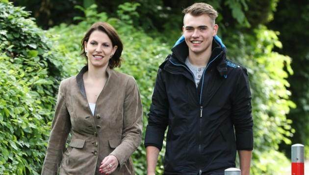 Karoline Edtstadler (ÖVP) mit Sohn Leonhard (Bild: APA/FRANZ NEUMAYR)