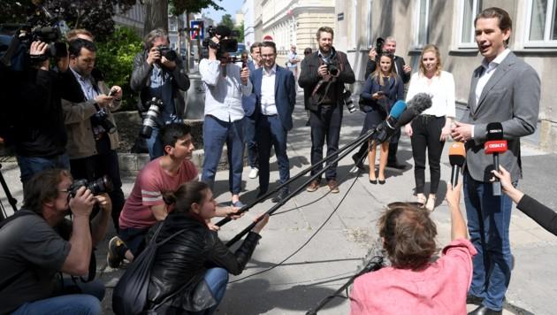 Sebastian Kurz nach der Stimmabgabe (Bild: APA/ROLAND SCHLAGER)