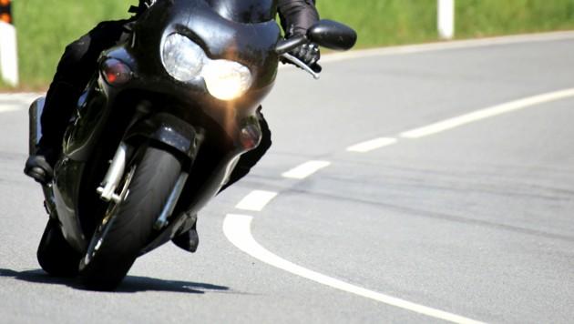 Der Mann stürzte und wurde auf die Gegenfahrbahn geschleudert. (Symbolbild) (Bild: stock.adobe.com (Symbolbild))
