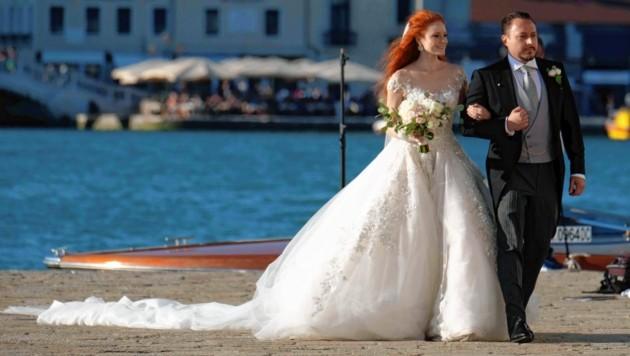 Eine meterlange Schleppe und Venedig im Hintergrund: Märchenhafter kann eine Hochzeit wohl kaum sein. Barbara Meier und Klemens Hallmann traten auf der Insel San Clemente vor den Traualtar. (Bild: www.pps.at)