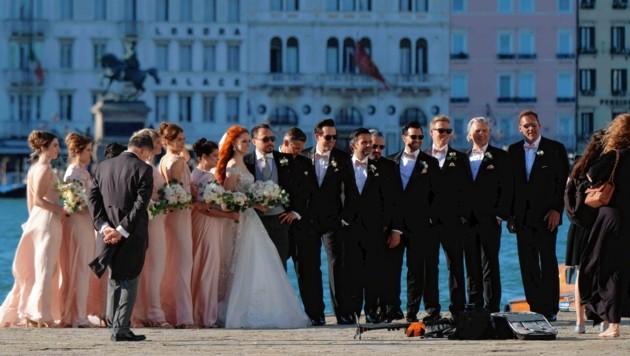 Das Brautpaar posierte mit seinen Gästen vor der traumhaften Kulisse von Vendig. (Bild: www.pps.at)