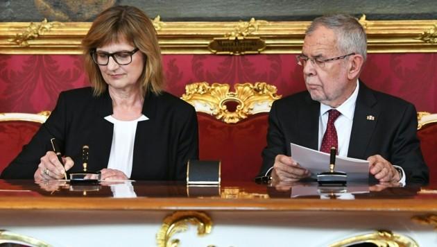 Umweltministerin Maria Patek bei ihrer Angelobung durch Bundespräsident Alexander Van der Bellen (Bild: APA/HELMUT FOHRINGER)