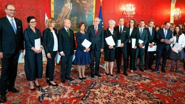Das Kabinett Bierlein nach der Angelobung durch Bundespräsident Alexander Van der Bellen (Bild: AFP)