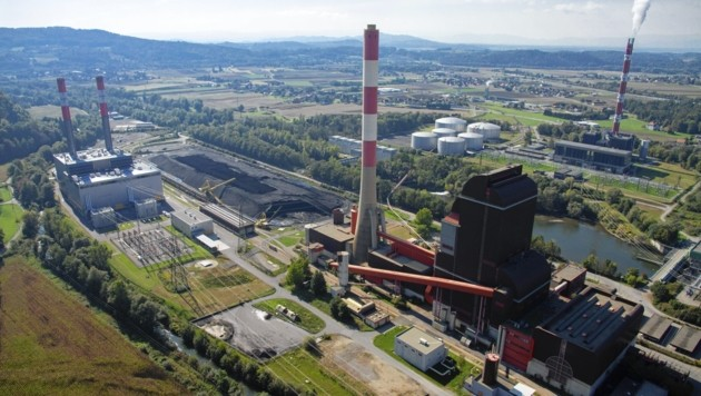 Die Mellacher Kraftwerke: links das moderne Gasturbinenwerk, in der Mitte das Kohlekraftwerk, rechts das mittlerweile stillgelegte und abgerissene Ölkraftwerk.