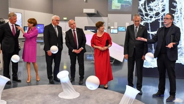 Direktor Gerfried Stocker (r.) führte Alexander Van der Bellen (2.v.r.) und die weiteren Gäste durch das Ars Electronica Center. (Bild: Dostal Harald)