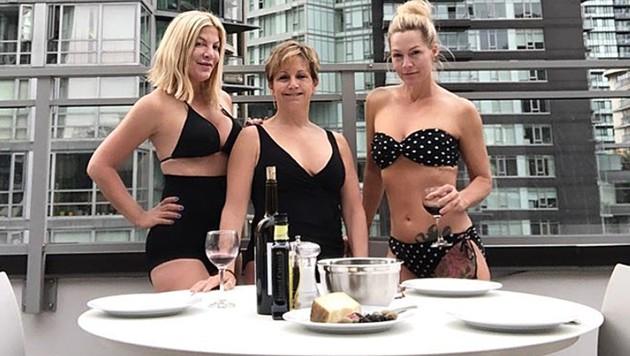 "Die ""Beverly Hills, 90210""-Stars Tori Spelling, Gabrielle Carteris und Jennie Garth im Bikini (Bild: instagram.com/torispelling)"
