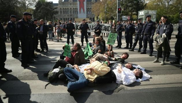 """Teilnehmer an der Klima-Initiative """"Extinction Rebellion"""" sowie Einsatzkräfte der Polizei (Bild: APA/Georg Hochmuth)"""