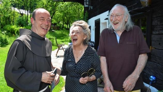 Franziskaner-Guardian Thomas Hrastnik mit Martha und Karl Merkatz in Irrsdorf: Der große Schauspieler liest am 5. Juli (Bild: Wolfgang Weber)