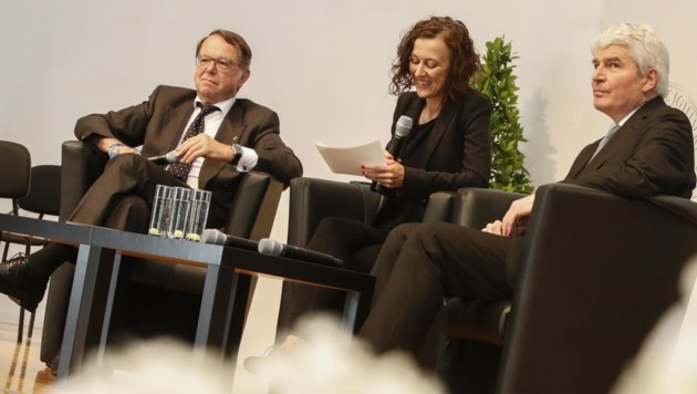 Hendrik Lehnert (l.) und Heinrich Schmidinger diskutierten auf der Bühne über die Stärken und Schwächen der Uni. (Bild: Tschepp Markus)
