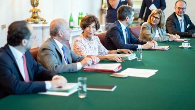 Die Übergangsregierung bei ihrem ersten Ministerrat (Bild: APA/GEORG HOCHMUTH)
