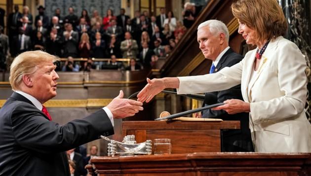 Bei Trumps Rede zur Lage der Nation im vergangenen Februar tauschte Pelosi noch Höflichkeiten mit dem Präsidenten aus. (Bild: APA/AFP/POOL/DOUG MILLS)