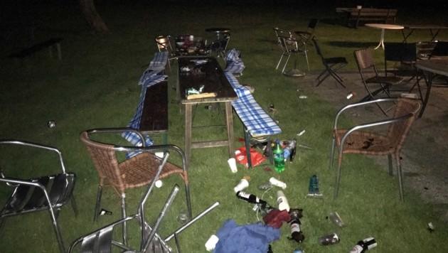 Der Mann stürmte die Party der Maturanten und verwüstete den Tisch. (Bild: LPD Kärnten)