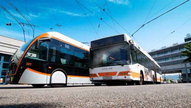 22 Kinder, ihre Lehrerin und eine Begleitperson der VS 30 saßen in einem Linienbus, als der Lenker stark bremsen musste. (Bild: grox)