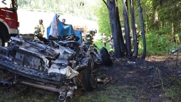 Ein Lenker kam mit seinem Cabrio bei der Bergfahrt auf die Postalm in Abtenau ins Schleudern und prallte mit der Beifahrerseite gegen einen Baum. (Bild: FF Abtenau / www.feuerwehr-abtenau.at)