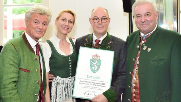 Charly, Heike und Wilfried Temmel bei der Überreichung des Landeswappens mit Landeshauptmann Hermann Schützenhöfer. (Bild: Seiberl/Alpenpost)