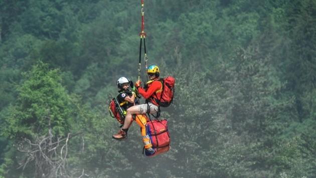 Flugretter und Notärztin seilten sich zum Verletzten ab. (Bild: BRK/Ziegler)