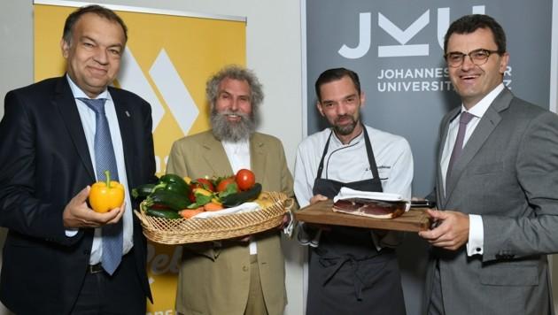Die JKU hat ab sofort eine Bio-Mensa! Das freut Rektor Meinhard Lukas, Bio-Pionier Werner Lampert, Küchenleiter Georg Felgenhauer und Geschäftsführer Franz Haslauer (Foto v.l.). (Bild: JKU)