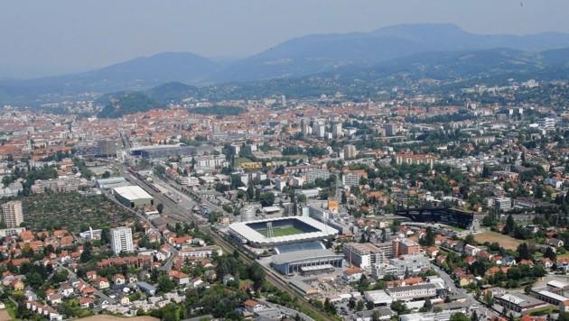 Im Winter hängt oft tagelang eine Dunstglocke über Graz: Schuld daran ist die Topografie (im Hintergrund sieht man die Berge). (Bild: Kronenzeitung)