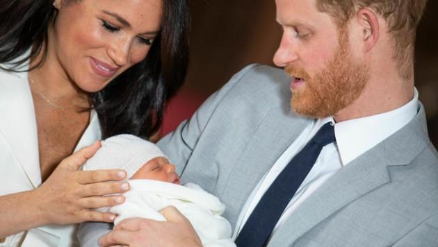 Liebevoll streichelt Herzogin Meghan das Köpfchen von Baby Archie.
