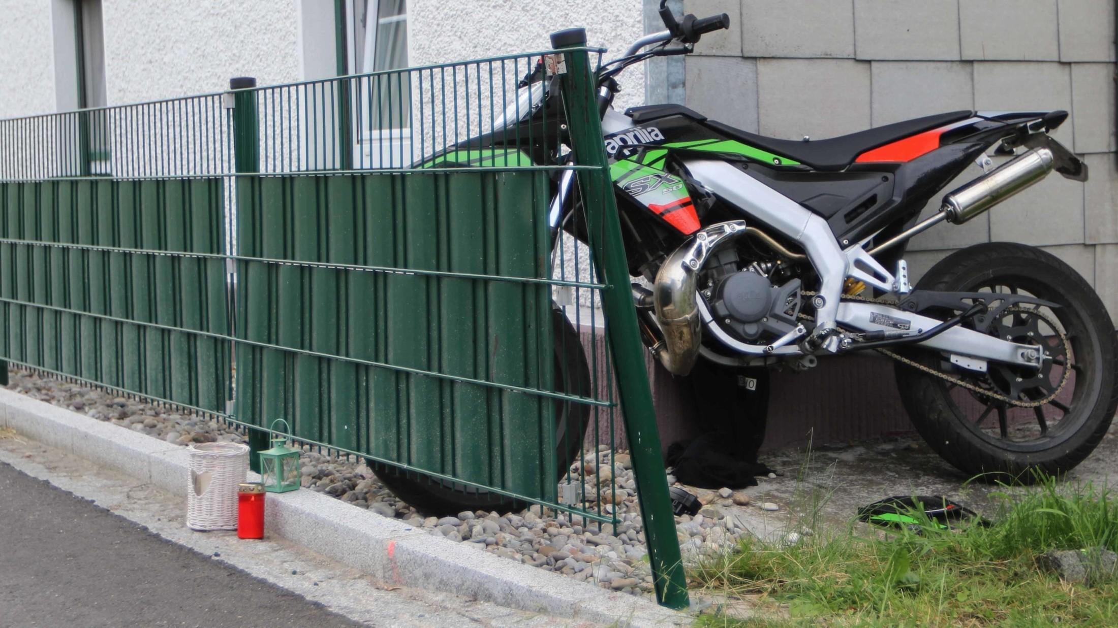 Kontrolle Verloren Teenager 15 Prallt Mit Moped Gegen Zaun Tot Krone At