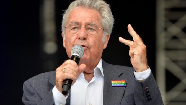 Heinz Fischer auf der Regenbogenparade (Bild: APA/HERBERT NEUBAUER)