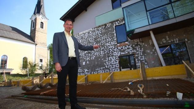 Bürgermeister Adi Rieger vor dem Schulgebäude. (Bild: Roittner Felix)