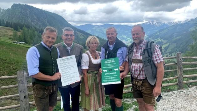 Eine Informationskampagne und eine Versicherung sorgen für Rechtssicherheit bei den Almbauern (Bild: Salzburger Land Tourismus/Neumayr)