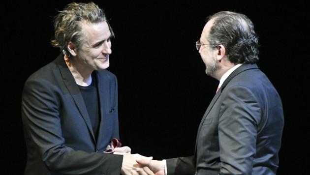 Kulturminister Alexander Schallenberg (rechts) überreichte Jens Harzer den Iffland-Ring. (Bild: APA/Herbert Neubauer)
