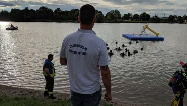 40 Taucher bildeten unter Wasser eine Suchkette (Bild: OÖ Wasserrettung)