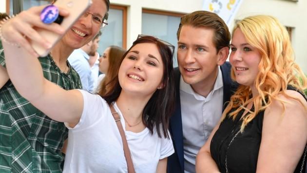 In der Rabmer-Gruppe diskutierte Sebastian Kurz mit Lehrlingen - und da gab's Selfies. (Bild: Dostal Harald)