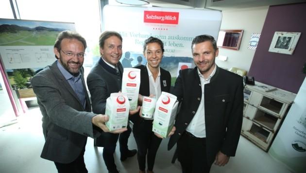Im Bild (v. li.) Studien-Autor T. Guggenberger, Salzburg-Milch-Chef C. Leeb, H. Glatter-Götz (WWF) und M. Schaflechner (Biosphärenpark). (Bild: Salzburg Milch)