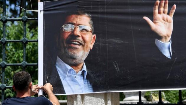 Vor der Fatih-Moschee in Istanbul beteten Tausende Mursi-Anhänger. (Bild: AFP)