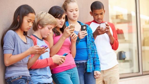 Aktuelle Studie zeigt: Jugendliche schauen täglich vier bis fünf Stunden in ihr Smartphone. (Bild: Monkey Business - stock.adobe.com)