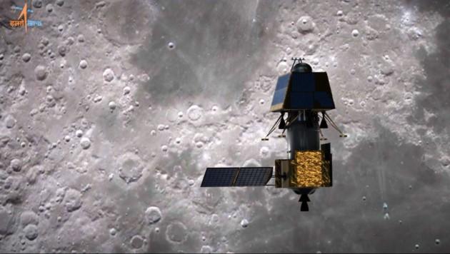 """Künstlerische Illustration: Das Raumfahrzeug """"Chandrayaan-2"""" (unten der Orbiter, oben der Lander """"Vikram"""") bei der Annäherung an den Mond. (Bild: ISRO)"""