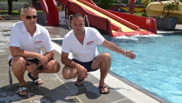 Harald Ignitsch (li.) und Hans-Jörg Pivec zeigen, wo der Vierjährige ins Wasser gefallen war (Bild: Weeber Heinz)