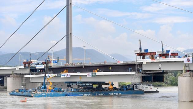 Der dritte, 100 Meter lange Stahlbauteil wurde hochgehoben und in die Bypassbrücke eingepasst. (Bild: Harald Dostal)