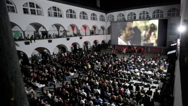Jedes Jahr lockt das Freiluftkino im Burghof etliche Zuschauer an. (Bild: Burghofkino)