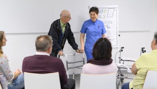 Praxisnah und kompakt sind die Kurse gestaltet, bei denen Rüf und andere Trainer Angehörige schulen. (Bild: Tirol Kliniken/Berger)