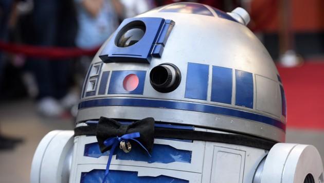 R2-D2 anlässlich der Hochzeit zweier australischer Fans 2015 in Kalifornien festlich mit Mascherl und Eheringen (Bild: AFP)