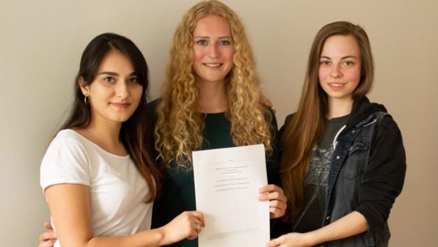 Das neue Vorsitzteam der ÖH Salzburg Keya Baier, Hande Armagan und Raphaela Maier (Bild: Apa/OTS)