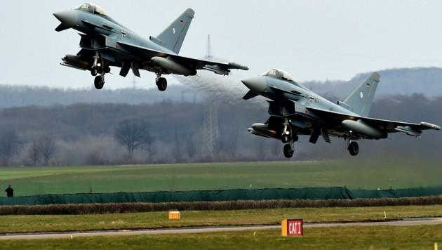 Zwei Bundeswehr-Eurofighter bei einer Flugshow (Archivbild) (Bild: APA/AFP/PATRIK STOLLARZ)