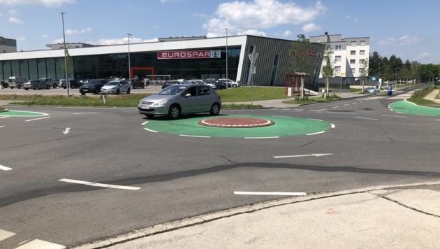 Beim Kreisverkehr in Welzenegg wird beispielsweise ein Schutzweg gefordert. (Bild: Rosenzopf Christian/Kronenzeitung)