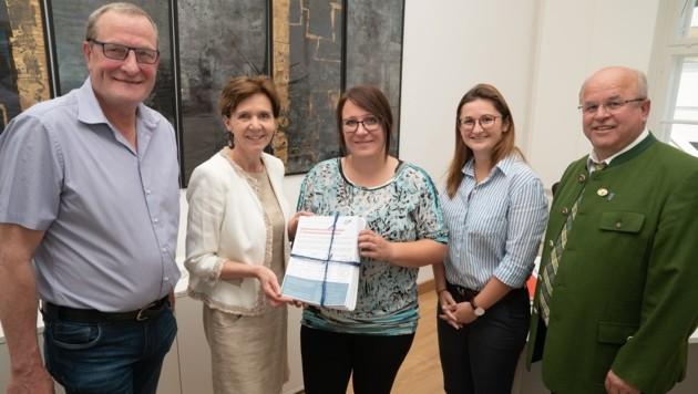 Birgit Steiner übergibt Petition an Brigitta Pallauf (Bild: FPÖ Salzburg)