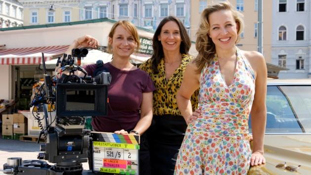 """""""Vorstadtweiber""""-Regisseurin Mirjam Unger mit Maria Köstlinger und Nina Proll (Bild: ORF)"""